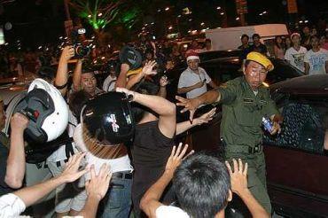 Sekumpulan lelaki menyerang anggota Rela dengan menggunakan topi keledar pada kejadian sambutan Hari Krismas di Pulau Pinang.