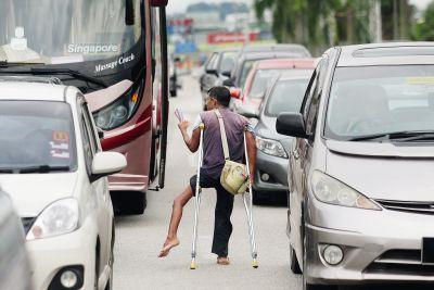 Walaupun cacat pengemis ini tetap meminta sedekah daripada pemandu yang berhenti di persimpangan lampu isyarat.