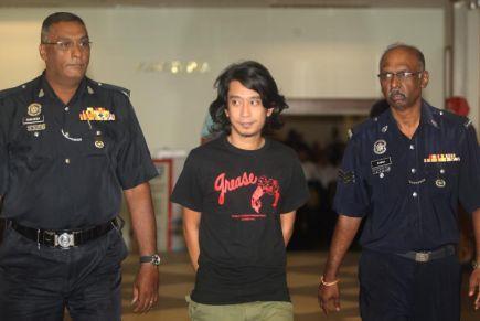 Adam Adli ketika dibawa ke Mahkamah Sesyen Kuala Lumpur kerana didakwa di bawah Akta Hasutan. -fotoKAMARUL ARIFFIN