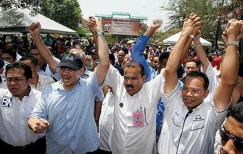 NAIB Presiden Umno, Datuk Seri Hishammuddin Tun Hussein (dua, kiri)menjulang tangan calon Barisan Nasional (BN) bagi Pilihan Raya Kecil Dewan Undangan Negeri (DUN) Bukit Selambau, Datuk S. Ganesan (dua, kanan) selepas penyerahan borang penamaan calon di Pusat Penamaan Calon di Sekolah Menengah Teknik Sungai Petani 1.