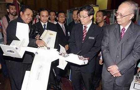 Hou Kok Chung (dua dari kanan) diberi penerangan mengenai model pesawat tanpa pemandu Hawx pada Pameran Inovasi, Rekaan dan Kajian 2010 (IRIIE 2010) di Universiti Islam Antarabangsa Malaysia di Gombak hari ini. Foto The Star