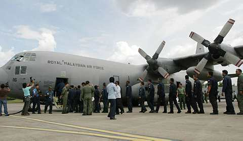 SEKUMPULAN krew penerbangan TUDM yang pertama dalam misi bantuan untuk pelajar-pelajar Malaysia di Mesir bersiap sedia menaiki pesawat Charlie di Pangkalan Tentera Udara Subang. Foto UTUSAN