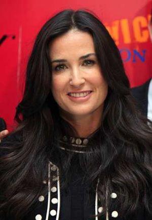 Sebelum ini ura-ura mengatakan aktress berusia 46 tahun itu telah membelanjakan lebih daripada 200,000 pound untuk melakukan pembedahan kecantikannya. - foto AP