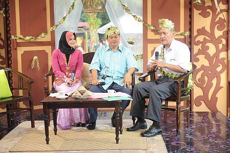 Nik Sayyidah dan Aziz Desa menemubual Tan Sri Datuk Muhammad Muhammad Taib