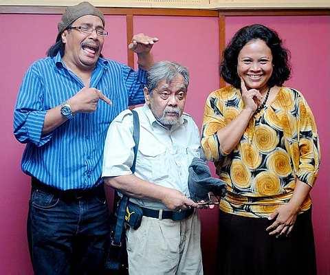 Zami Ismail (tengah) bersama dua lagi pelakon sitkom Pi Mai Pi Mai Tang Tu, Imuda (kiri) dan Khatijah Tan.