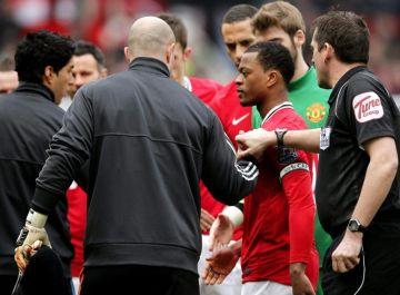 Suarez (kiri) tidak mahu bersalam dengan Evra sebelum perlawanan bermula di Old Trafford.