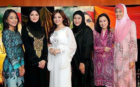 Erma (tiga dari kanan) bersama-sama para pelakon Tahajjud Cinta.