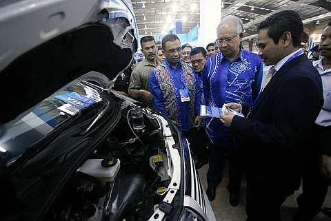 DATUK Seri Mohd Najib Tun Abdul Razak (dua, kanan) tertarik melihat teknologi Portable Hydrogen iaitu sumber bahan api alternatif yang menggunakan air sambil diberi penerangan oleh Ketua Pegawai Eksekutif Mega Juara Energy Aminudin Md Hafidzin (kanan) ketika melawat ruang pameran selepas merasmikan Majlis Perhimpunan Warga Universiti Malaysia Pahang dan Karnival Pengajian Tinggi Negara Zon Timur di Dataran Canseleri UMP di Pekan hari ini. -fotoBERNAMA
