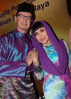 Anita dan suaminya, Mahathir tetap meraikan hari lebaran dengan penuh keceriaan walaupun sukar melupakan detik hitam yang berlaku kepada mereka seminggu sebelum Syawal