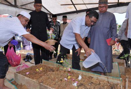 Allahyarham Latifah Omar telah dikebumikan di tanah perkuburan Islam As-Sobirin, AU4, Lembah Keramat pada tengah hari Isnin. Foto BERNAMA