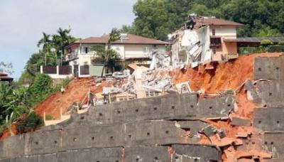 Sebahagian daripada benteng bukit di Bukit Setiawangsa telah runtuh akibat hakisan tanah.