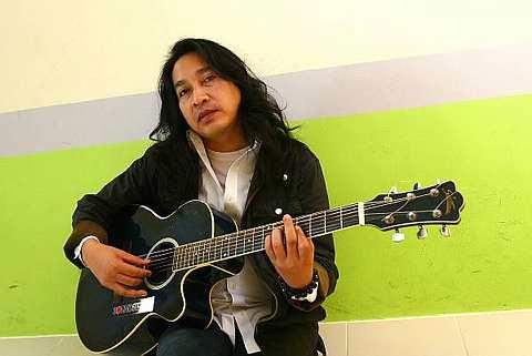 Demi minat yang mendalam, Pak Long tekad memulakan karier nyanyiannya walaupun di usia 46 tahun. - Foto oleh RAYMOND OOI