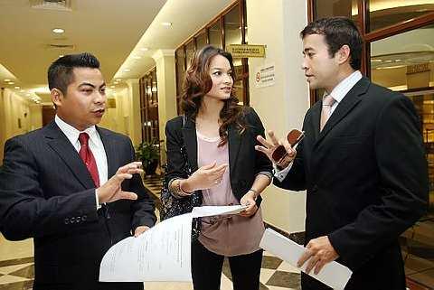Tony Eusoff (kanan) dan Diana Johor berbincang dengan peguam mereka Ahmad Rizal Effande (kiri)selepas memfailkan saman terhadap syarikat tekstil Gulatis Exclusive Sdn Bhd di Kompleks Mahkamah Kuala Lumpur di sini semalam. - Foto THE STAR oleh IBRAHIM MOHTAR.