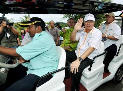 Perdana Menteri, Datuk Seri Najib Tun Razak (tengah) melambaikan tangan semasa menaiki trem pada Majlis Perasmian Pameran Antarabangsa Pertanian, Hortikultur dan Agro Pelancongan Malaysia (MAHA) 2012. Turut hadir Mantan Perdana Menteri Tun Abdullah Badawi (tengah,belakang) dan Menteri Pertanian dan Industri Asas Tani, Datuk Seri Noh Omar (kanan). -fotoBERNAMA