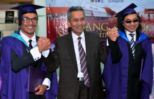 Naib Canselor Universiti Sains Malaysia (USM) Prof Datuk Dr Omar Osman (tengah) mengucapkan tahniah kepada pelakon Arja Lee (kiri) dan komposer Azmeer selepas majlis konvokesyen USM ke-46 di sini, pada Jumaat. Mereka merupakan antara 534 orang penerima ijazah pada upacara konvokesyen USM. - Foto BERNAMA