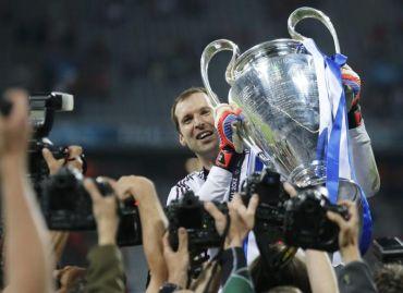 Cech menjulang trofi Liga Juara-Juara yang dimenangi pasukan Chelsea dua minggu lalu.