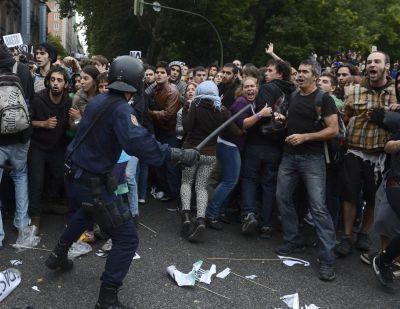 Polis Sepanyol bertempur dengan peserta demonstrasi menentang kenaikan harga cukai.