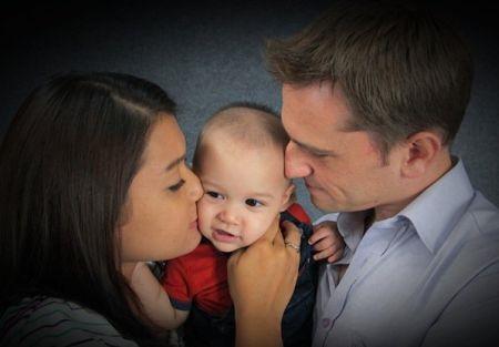Serina sedang bahagia dengan suami dan anaknya. - Foto ihsan SERINA