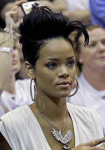 Rihanna menyaksikan perlawanan akhir bola keranjang NBA antara The Los Angeles Lakers dan Orlando Magic di Orlando pada 11 Jun 2009. -Foto AP