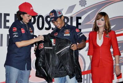 Zulfahmi menerima jaket daripada Ketua Pegawai Eksekutif AirAsia Aireen Omar pada majlis meraikan beliau oleh salah satu penajanya, AirAsia. -fotoBERNAMA