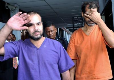 Seorang rakyat Pakistan, Zulfiqar Ali, 46, (kanan) dihukum penjara dua tahun oleh Mahkamah Majistret di Ipoh, setelah mengaku bersalah memiliki 253 keping wang kertas rupee India palsu bernilai 1,000 pada 23 Ogos lalu. Sementara itu, mahkamah yang sama menetapkan 5 Okt depan untuk sebutan semula kes seorang rakyat Lubnan Hassan Zarrad, 32 (kiri) yang didakwa bersubahat dengan Zulfiqar. - Foto BERNAMA