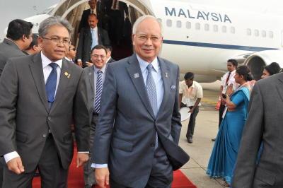 Perdana Menteri Datuk Seri Najib Tun Razak tiba di Lapangan Terbang Antarabangsa Bandaranaike di Katunayaki, Colombo dan disambut oleh Pesuruhjaya Tinggi Malaysia di Sri Lanka Azmi Zainuddin (kiri). -fotoBERNAMA