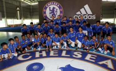 Seramai 30 remaja terpilih dari Rumah HOPE dan Harvest Centre mengikuti klinik bola sepak bersama Adidas Malaysia dan Kelab Bola Sepak Chelsea, Khamis. Foto: KAMARUL ARIFFIN/The Star