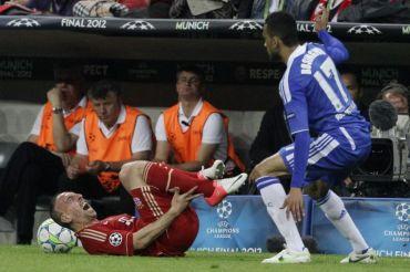 Ribery (kiri) menjerit kesakitan selepas mengalami kecederaan di buku lali ketika aksi final Liga Juara-Juara menentang Chelsea Sabtu lalu.