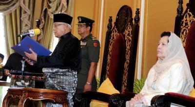 Yang di-Pertua Negeri Pulau Pinang, Tun Abdul Rahman Abbas mengangkat sumpah sebagai Yang di-Pertua Negeri bagi kali kelima di Dewan Seri Mutiara, P.Pinang, Selasa. Turut kelihatan isteri Yang di-Pertua Negeri Pulau Pinang, Toh Puan Majimor Shariff (kanan). Jawatan untuk tempoh dua tahun itu berkuatkuasa pada 1 Mei depan. -fotoBERNAMA