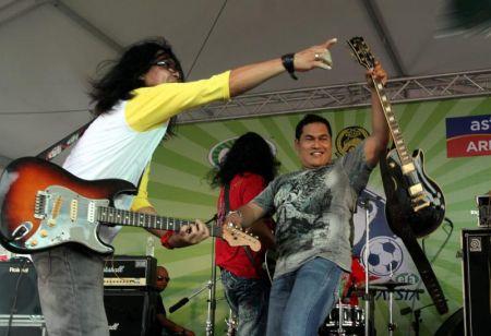 kumpulan Jinbara menghiburkan penonton pada Konsert Akhir ERA Piala Malaysia 2012. Foto M. Azhar Arif