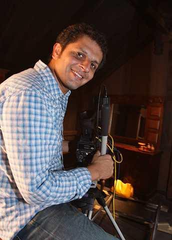 Khabir Bhatia merupakan pengarah yang menghasilkan karya dengan adunan seninya tersendiri.