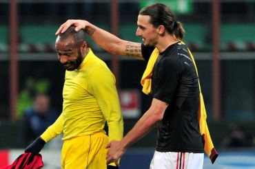 Henry (kiri) bertukar jersi dengan Ibrahimovic selepas tamat perlawanan di Stadium San Siro, awal pagi Khamis.