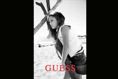 Salah satu gambar Dannielynn Birkhead dalam satu poster iklan Guess