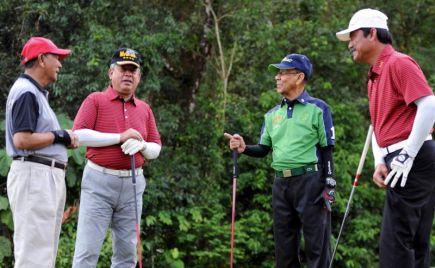 Yang di-Pertuan Agong Tuanku Abdul Halim Mu'adzam Shah bersama (dari kanan) Bekas Panglima Tentera Darat Jen (B) Tan Sri Mohamad Shahrom Nordin, Panglima Angkatan Tentera Tan Sri Zulkifeli Mohd Zin, Tunku Temenggong Kedah Brig Jen Datuk Seri Diraja Tunku Sallehuddin Sultan Badlishah dan Panglima Medan Tentera Darat, Leftenan Jeneral Datuk Sri Zulkiple Kassim bergambar pada pertandingan golf empat penjuru Piala Sultan Abdul Halim Mu'adzam Shah di Taiping Golf Resort, Perak pada Isnin. -FotoBERNAMA