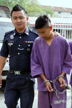 Pelajar tingkatan lima sebuah sekolah yang terbabit dalam kejadian mencederakan seorang guru lelaki dengan menggunakan kerambit dibawa oleh polis untuk mendapatkan perintah tahanan reman di Mahkamah Majestret Kangar, Perlis pada Jumaat. - fotoBERNAMA