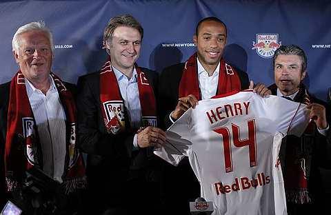 Henry (dua dari kanan) memperkenalkan jersinya selepas sidang media sebaik saja dia menyertai New York Red Bulls di Red Bull Arena, Harrison, New Jersey, semalam.