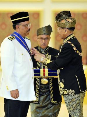 Yang di-Pertuan Agong, Tuanku Abdul Halim Mu'adzam Shah berkenan mengurniakan Darjah Panglima Mangku Negara (PMN) yang membawa gelaran 'Tan Sri' kepada Ketua Setiausaha Negara, Tan Sri Dr Ali Hamsa pada Istiadat Menghadap dan Pengurniaan Darjah-Darjah Kebesaran Persekutuan sempena Hari Keputeraan Yang di-Pertuan Agong di Istana Negara. -fotoBERNAMA