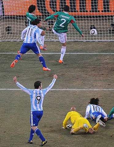 Tevez (tengah) menjaringkan gol pembukaan ketika menentang Mexico, awal pagi tadi. - Foto AFP