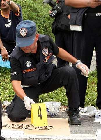 Anggota polis dari Jabatan Forensik melakukan siasatan pada bahan bukti kes pembunuhan jutawan kosmetik Datuk Sosilawati Lawiya dan tiga orang lagi di Sungai Kancong Laut, Ahad.