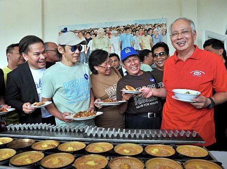 Najib (kanan) beramah mesra dengan para artis pada majlis Ramah Mesra bersama Ikon dan Persatuan Seni Budaya Tanah Air di Putrajaya pada Rabu.