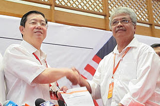 Aspan menyerahkan borang keahlian kepada Setiausaha Agung DAP, Lim Guan Eng tahun lalu.