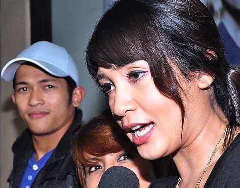 Izreen langsung tidak memandang wajah Johan sewaktu ditemubual oleh wartawan media elektronik di sesi ramah mesra Anugerah Skrin 2011 di One Utama, Sabtu. - Foto RAHMAN RAHIM