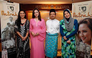 (dari kiri) Umie Aida, Diana, Ketua Pengarah Istana Budaya, Mohamed Juhari Shaarani dan Erma Fatima