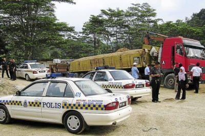 Serbuan yang dilakukan Jais dan badan-badan kerajaan untuk membersihkan simpanan stok pasir di sepanjang Jalan Sungai Pusu, Gombak.