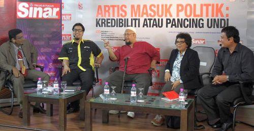 Antara ahli panel yang menyertai wacana 'Masuk Politik: Kredibiliti Atau Pancing Undi'. Dari kiri; A. Razak Mohaideen, Zed Zaidi, Bob Lokman, Shuhaimi Baba dan Hairie Othman.