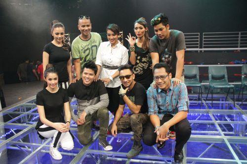 Tujuh pengacara popular daripada TV3 menyertai program Kecoh Pengacara Beraya.