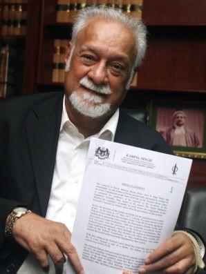 PENGERUSI DAP, Karpal Singh menunjukkan kenyataan berhubung saman yang akan difailkan terhadap Sultan Perak, Selasa ini --fotoTHESTAR oleh LOW LAY PHON
