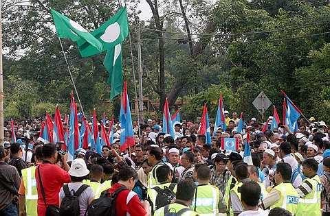 PENYOKONG Sebahagian penyokong Pakatan Rakyat yang mengiringi calon PKR di pekarangan pusat penamaan calon di IKBN, Bukit Mertajam.