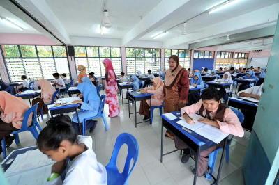 Murid-murid tahun 6 Sekolah Rendah Kebangsaan Seri Gombak (1) tekun semasa menduduki Ujian Pencapaian Sekolah Rendah (UPSR) ketika tinjauan fotoBERNAMA di Kuala Lumpur, Selasa. -fotoBERNAMA
