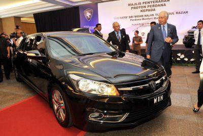 PERDANA LIMO... Najib bersama Muhyiddin menerima kereta Proton Perdana baharu untuk kerajaan di lobi Bangunan Perdana Putra, Putrajaya pada Rabu. - FotoBERNAMA